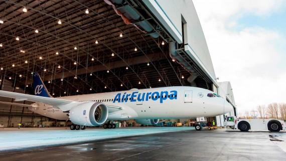 Dreamliner de Air Europa saliendo del hangar de pintura